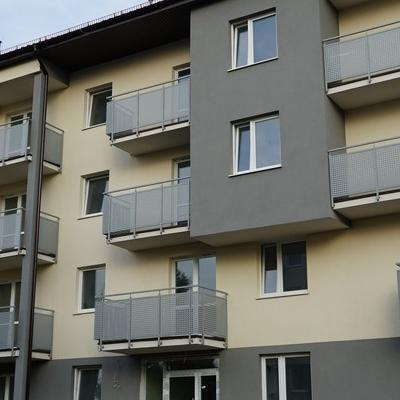 okna w budynku 32