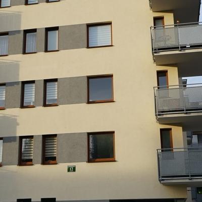okna w budynku 24
